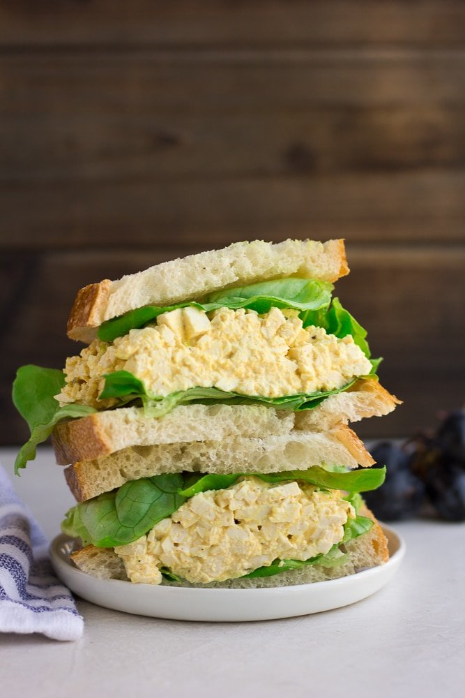 vegan egg salad in a sandwich