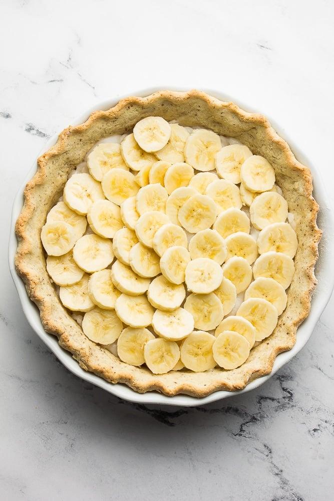 bananas layered in pie crust